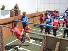 Famosos jogam 'pebolim humano' com fãs de Ana Maria no Projac; assista!