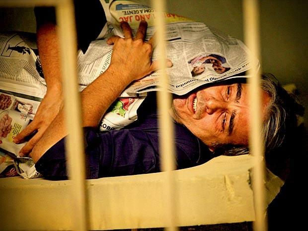 Cadinho paga caro por tentar acabar com o casamento de Alexia (Foto: Avenida Brasil/ TV Globo)