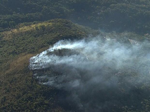 Fogo na Serra do Rola Moça continua nesta terça-feira, em Minas. (Foto: Reprodução/TV Globo)