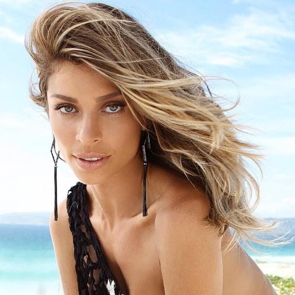 Grazi Massafera capricha no olhar sexy em foto na web