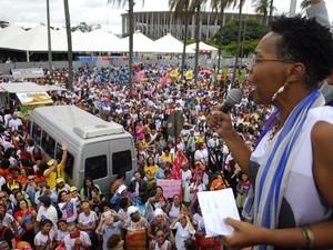Ativista Iêda Leal esteve à frente da Marcha das Mulheres Negras em Brasília (Foto: Renato Alves/CNTE/divulgação)