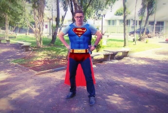 Que tal o Marcão vestido de super-homem? (Foto: Reprodução / TV TEM)