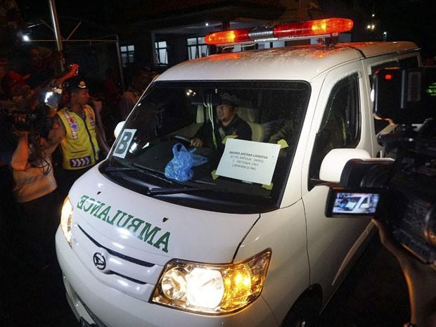 Ambulância transporta neste domingo (18) o corpo do brasileiro Marco Archer Cardoso Moreira da prisão de Nusakambanga, onde ele foi executado por fusilamento na véspera (Foto: Idhad Zakaria/Antara Foto/Reuters)