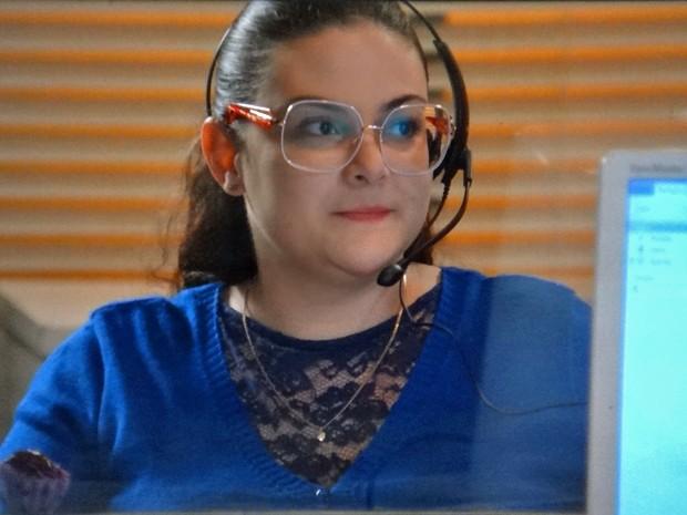 Bia é surpreendida por Israel no trabalho (Foto: TV Globo)