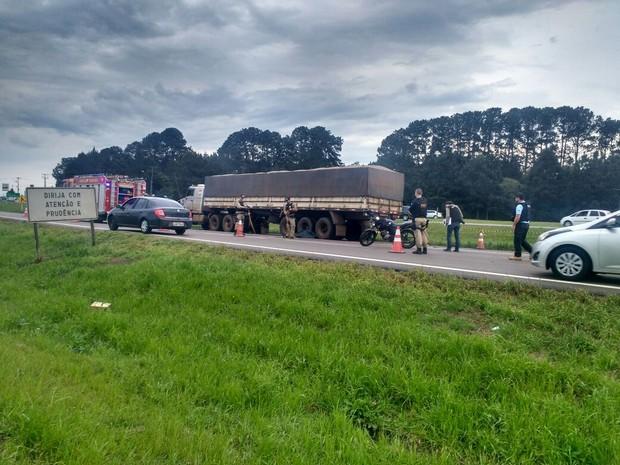 Um homem morreu, e uma mulher ficou ferida em acidente neste domingo (18) na BR-376 (Foto: Rodrigo Brito/ RPC Curitiba)