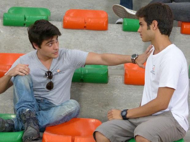 Gil diz que não quer Lia sofra e Vitor garante que só quer o melhor para roqueira (Foto: Malhação / Tv Globo)