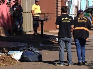 Mulher encontrada morta dentro de saco em rua estava grávida, diz IML em Goiás (Foto: Reprodução/TV Anhanguera)