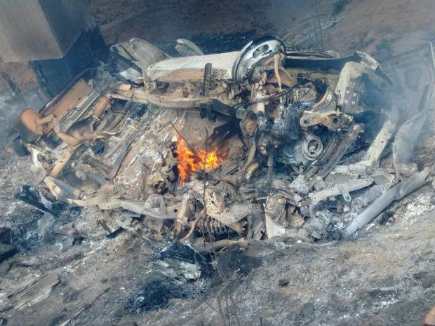 Veículo ficou destruído após pegar fogo depois de queda (Foto: Cristiano Ferreira/Site Destaque Bahia)