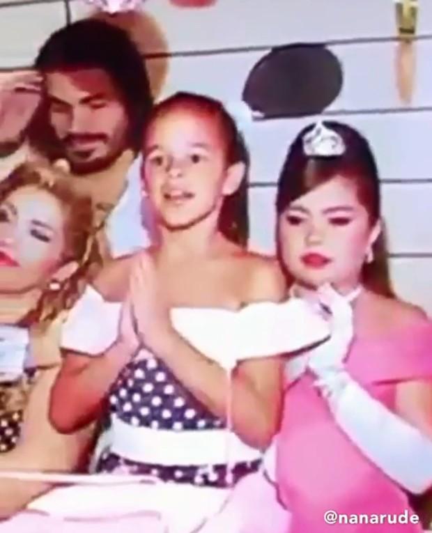 Bruna Marquezine rouba a cena em aniversário infantil (Foto: Reprodução / Instagram)