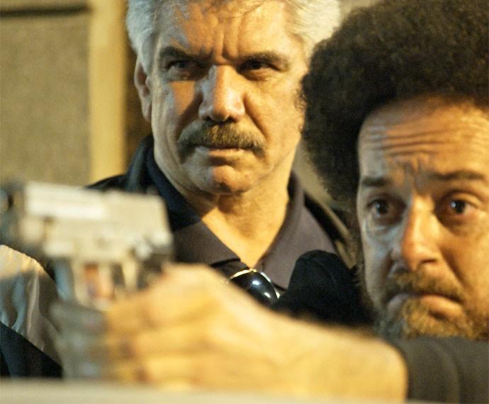 Tio dá ordem para capanga atirar em Atena (Foto: TV Globo)