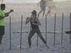 Letícia Spiller pega pesado na malhação em praia carioca
