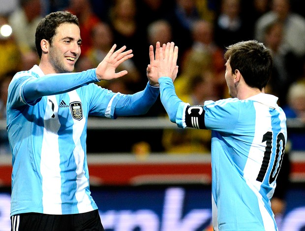 amistoso Messi e Higuain comemoram gol no amistoso entre Argentina e Suécia (Foto: AFP)