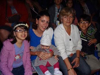 Ao lado da família, Kátia prestigiou companhia de dança (Foto: Luna Markman / G1)