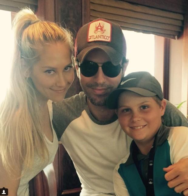 Anna Kournikova com Enrique Iglesias e o irmão, Allan Kournikova (Foto: Reprodução/Instagram)