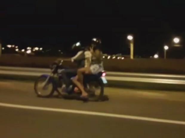 Vídeo mostra trio em moto em alta velocidade passageira acenando, em Goiânia, Goiás (Foto: Reprodução/TV Anhanguera)