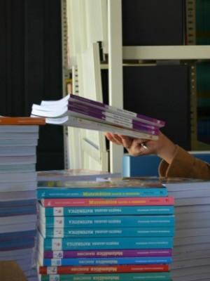 Livros serão entregues a alunos após páginas serem retiradas (Foto: Jonatas Boni/ G1)