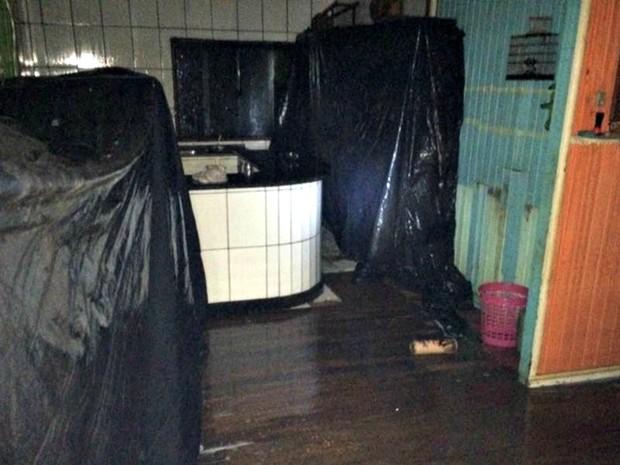 Vereador teve a casa alagada após vento arrancar telhas (Foto: Carlos Portela/Arquivo Pessoal)