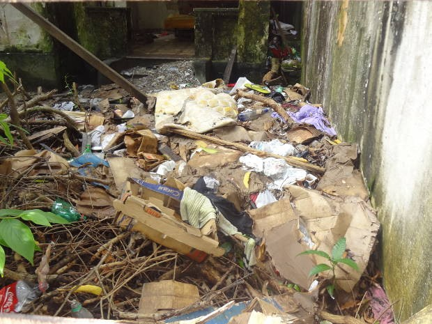 Casarão abandonado serve de banheiro e dormitório para moradores de rua. Belém (Foto: Thais Rezende/G1)