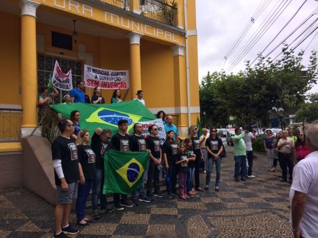 Manifestação em Poços de Caldas terminou em frente à prefeitura da cidade (Foto: João Daniel Alves / EPTV)