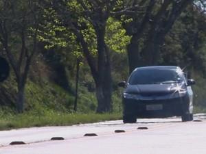 Motorista trafega com faróis apagados em rodovia gaúcha (Foto: RBSTV/Reprodução)