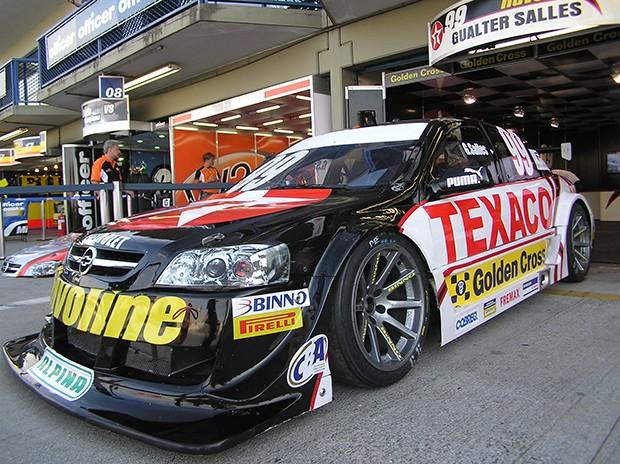 O Stock Car V8 - Chevrolet Astra #99 de Gualter Salles / Vogel Motorsport, nos boxes de Curitiba em abril antes do acidente na Argentina em outubro. (Foto: Divulgação/commons.wikimedia.org)