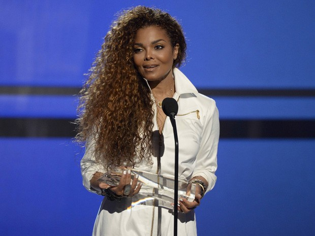 Janet Jackson recebe prêmio do BET Awards em Los Angeles, neste domingo (Foto: REUTERS/Kevork Djansezian)