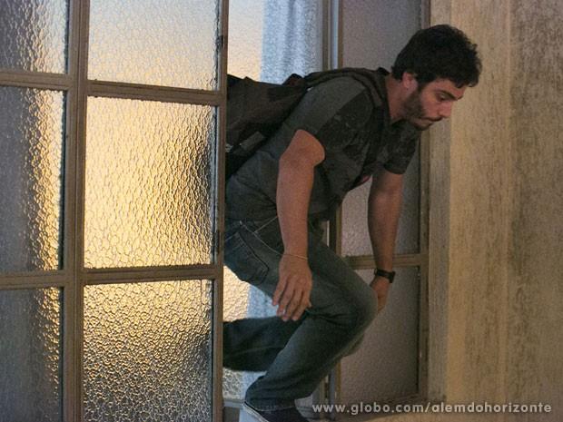 William pula a janela assim que Líder Jorge entra na sala (Foto: Além do Horizonte / TV Globo)