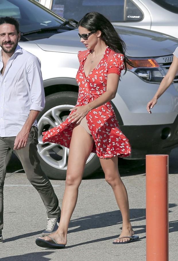 Adriana Lima em bastidores de ensaio em Los Angeles, nos Estados Unidos (Foto: Grosby Group/ Agência)