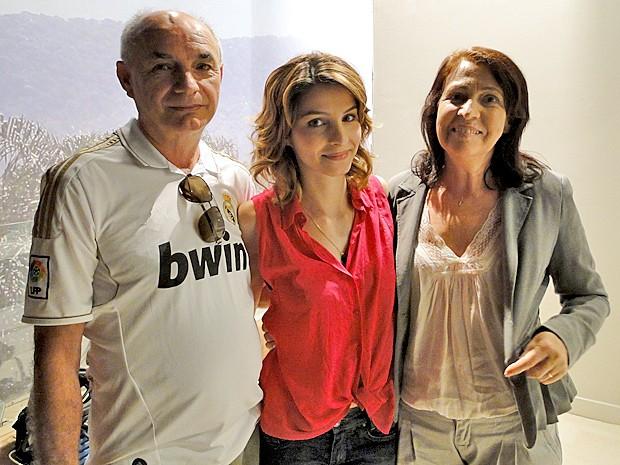 Giselle Batista recebe a visita dos pais (Foto: Cheias de Charme / TV Globo)