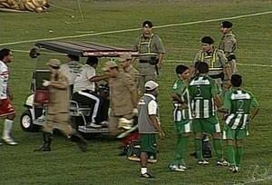 Carrinho entra para pegar jogador durante Anapolina x Tocantinópolis (Foto: Reprodução/TV Anhanguera)