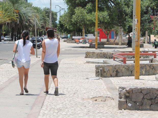 Pessoas que andam pela orla estão sendo alvo de ladrões (Foto: Juliane Peixinho/G1)