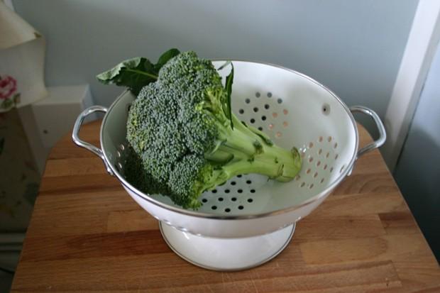 O brócolis encontrado nos supermercados tem o composto glucoraphanin, mas em menor quantidade. (Foto: BBC)