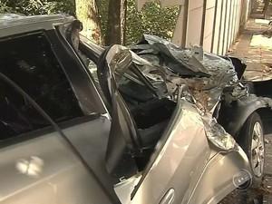 Carro ficou destruído em Marília (Foto: Reprodução / TV TEM)
