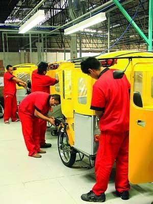 Operários na montadora do Motocar, veículo similar ao tuk-tuk indiano (Foto: Divulgação)