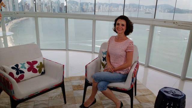 Repórter Bianca Ingleto no estúdio de verão da RBS TV em Balneário Camboriú (Foto: Jefferson Douglas/RBS TV)