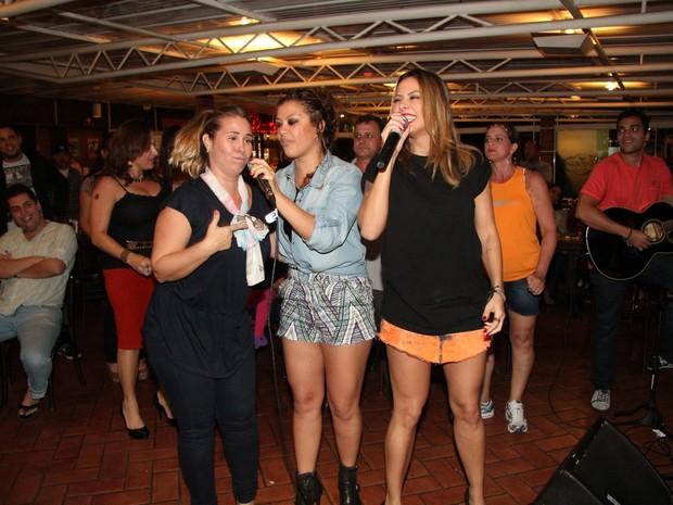 Andréa Sorvetão, Luka e Alinne Rosa em restaurante no Rio (Foto: Adna Barbosa/ Foto Rio News)