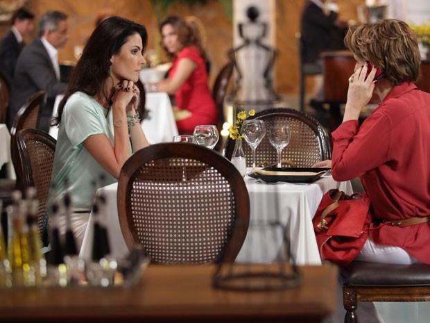 Rachel telefona para Maitê e Wanda observa ao fundo (Foto: Salve Jorge/TV Globo)