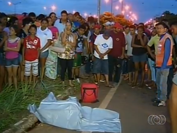 População foi até o local para ver acidente (Foto: Reprodução/TV Anhanguera)