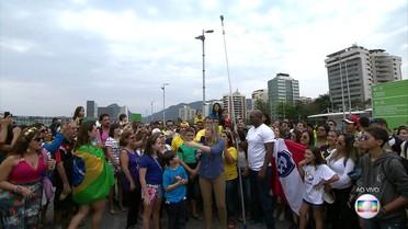 Dani Calabresa bate 'recorde de pau de selfie' no Parque Olímpico