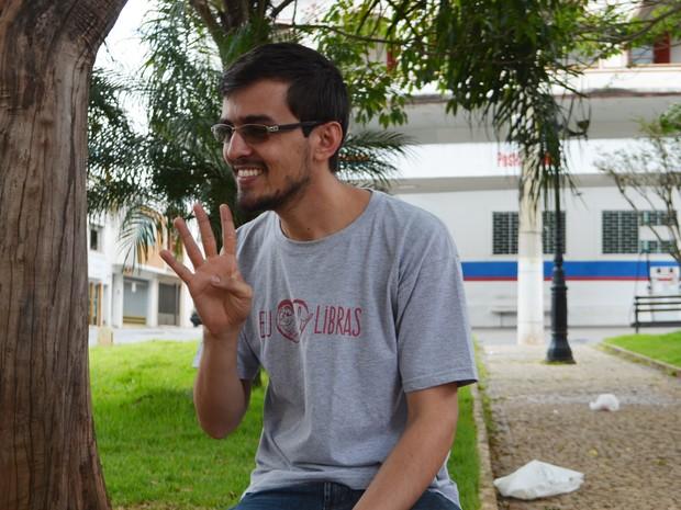 Desde pequeno, Delmir teve curiosidade de aprender Libras em Lavras (Foto: Samantha Silva/G1)