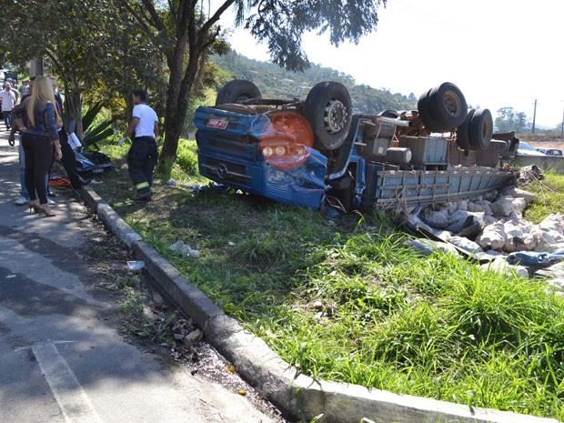 Caminhão tomba após atropelar vítima e bater em veículo (Foto: N. Rodrigues/Estadão Conteúdo)