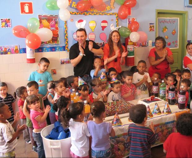 Maria Melilo e Matheus Mazzafera distribuem ovos de Páscoa  (Foto: Divulgação)