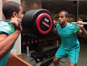 Lucas treina na academia no hotel da Seleção em Newcastle (Foto: Rafael Ribeiro/CBF)