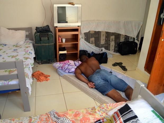 Trabalhador dormia no chão durante a fiscalização em alojamento em Piracicaba (Foto: Leon Botão/G1)