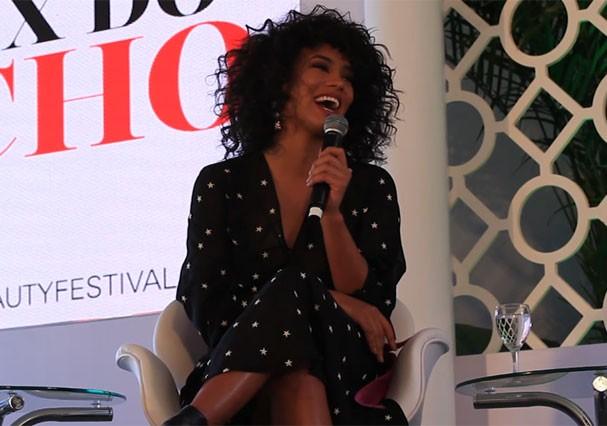 A Miss Brasil Raíssa Santana palestra no Glamour Beauty Festival (Foto: Reprodução)