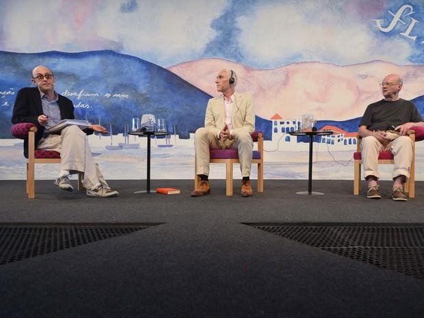 Mesa 'Encontro da arte com a ciência' (a partir da esquerda): o mediador Alexandre Vidal Porto, o holandês Arthur Japin e o brasileiro Guto Lacaz (Foto: Walter Craveiro/Divulgação Flip)