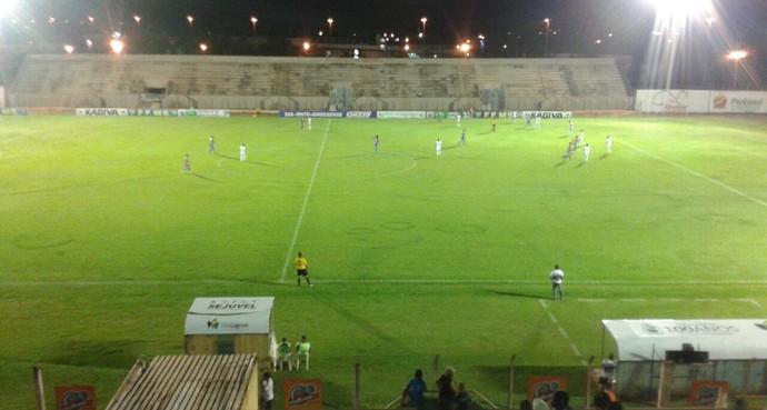 Lance entre Misto e Serc no estádio Madrugadão (Foto: Bruno Axelson/TV Morena)