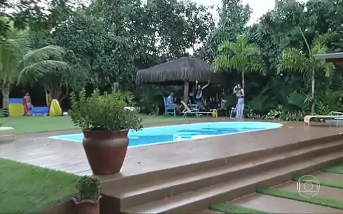 Sítio onde rola a festa de Luan Santana tem uma linda piscina (Foto: TV Globo)