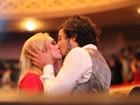 Isabelle Drummond troca beijos com o namorado em premiação