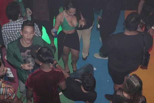 Mulher Melão na pista de dança durante a festa do blogueiro Hugo Gloss (Foto: Isac Luz/EGO)